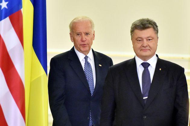2015년, 당시 조 바이든 미국 부통령이 페트로 포로셴코 우크라이나 대통령과 회담 뒤 공동 기자회견을 위해 입장하고 있다. 키예프, 우크라이나. 2015년
