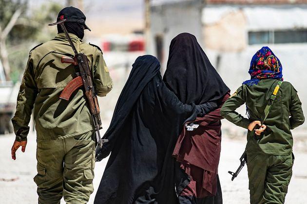 Des femmes soupçonnées d'être mariées à des jihadistes de l'Etat islamique, dans le camp de al-Hol en