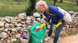 Il Premio Oscar Helen Mirren ripulisce la strada dai rifiuti in