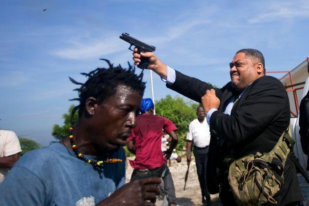 Il senatore di Haiti spara in cielo per disperdere i manifestanti. Ferito un fotografo di