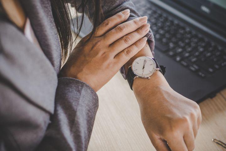 Un candidat convoqué pour un entretien dans un bureau devrait arriver quinze minutes à l'avance.