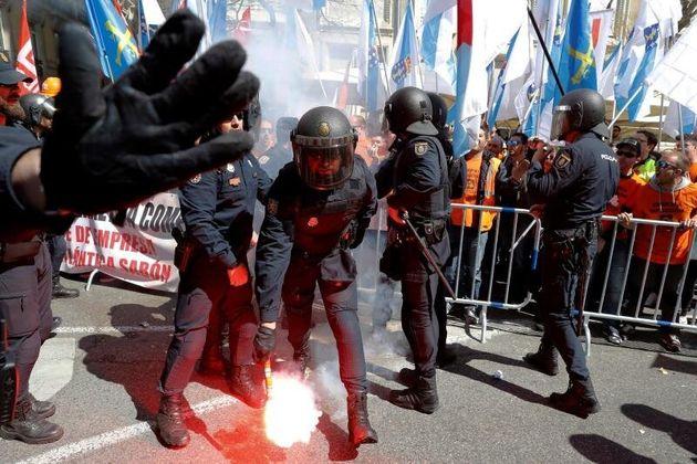 Policías antidisturbios intervienen en la concentración de trabajadores de