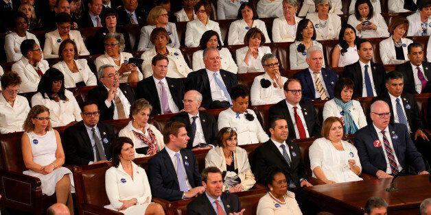Les élues démocrates en blanc pour le premier discours au Congrès de Donald