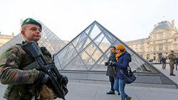 Un homme tente d'agresser un militaire à l'arme blanche au Louvre, le suspect