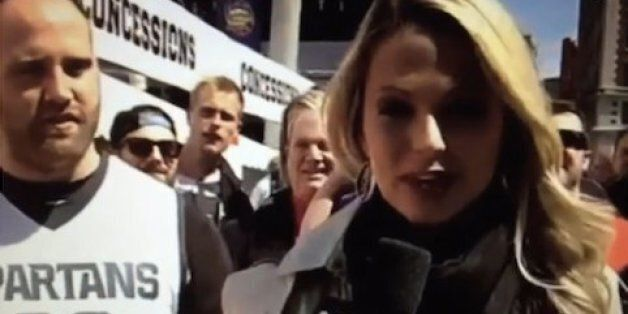 Un partisan demande en mariage une journaliste alors qu'elle est en plein