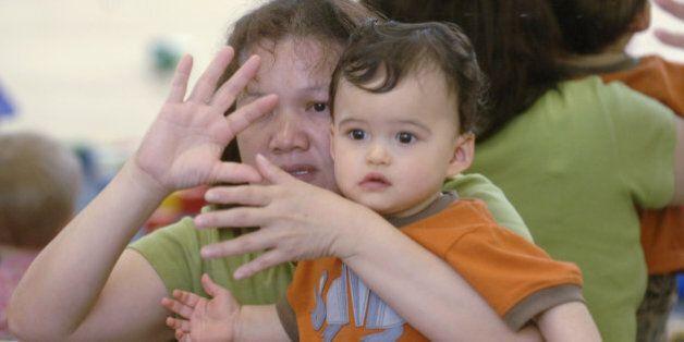 Des bébés apprennent la langue des signes pour des crèches moins