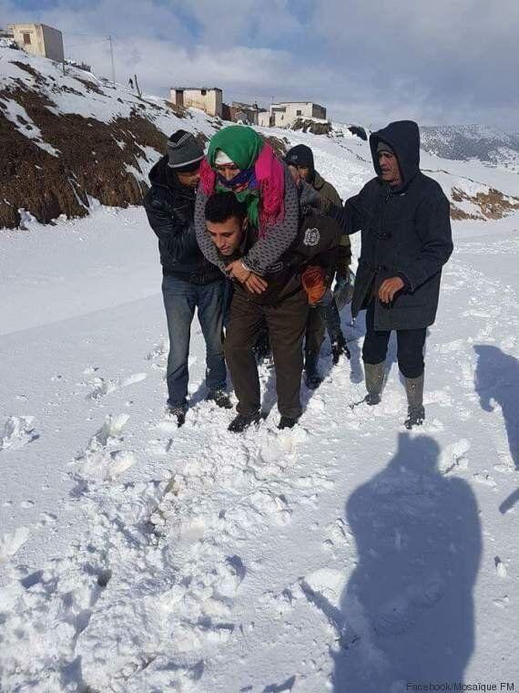 Le Kef: La route coupée par la neige, cet agent de la garde nationale porte cette dame âgée sur son dos...