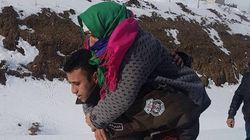 Le Kef: La route coupée par la neige, il porte cette dame âgée sur son dos sur plus d'un