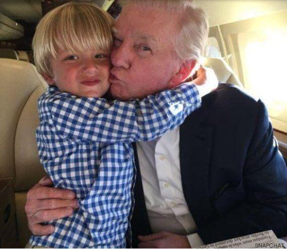 Le petit-fils de Donald Trump lui a clairement volé la vedette pendant qu'il signait son premier
