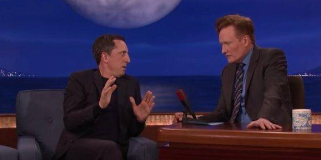Gad Elmaleh explique le principe du hammam à l'animateur américain Conan O'Brien