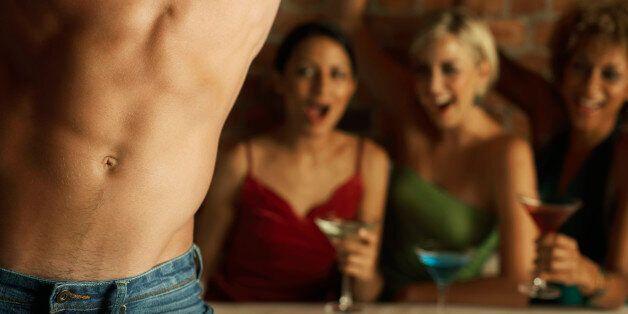 Portugal: un policier stripteaseur condamné pour avoir exhibé son arme de