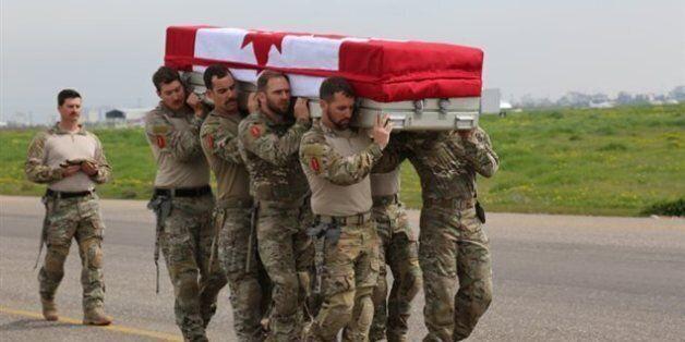 Des militaires transportent le cercueil d'Andrew Joseph Doiron, à Erbil, en Irak. Photo : Forces canadiennes