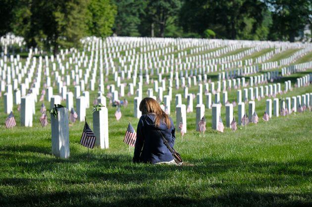 Una joven visita una tumba en el cementerio de Arlington (Washington), en una imagen de