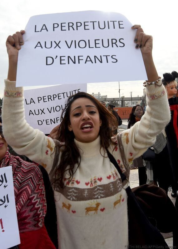 Des dizaines de Tunisiens demandent à l'Assemblée d'abroger l'article 227 bis du code pénal lors d'une