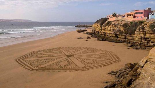 Ces immenses fresques éphémères sur les plages marocaines valent le détour
