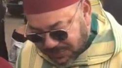 Mezouar et El Himma prennent des photos du roi avec leurs smartphones à