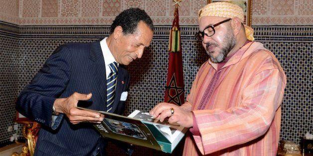 Le photographe Mohamed Maradji présente au roi Mohammed VI son dernier