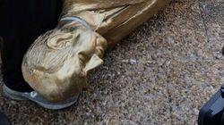 À peine érigée, la statue dorée de Benjamin Netanyahou détruite par la foule à