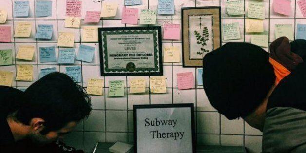 Des New-Yorkais organisent une grande thérapie de groupe dans le métro après la victoire de Donald