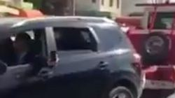 Vidéo du jour: Une dépanneuse de la fourrière saisit une voiture avec son