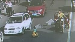 Ce petit enfant chinois prend sa voiture à pédales et fonce sur la route...comme les grands