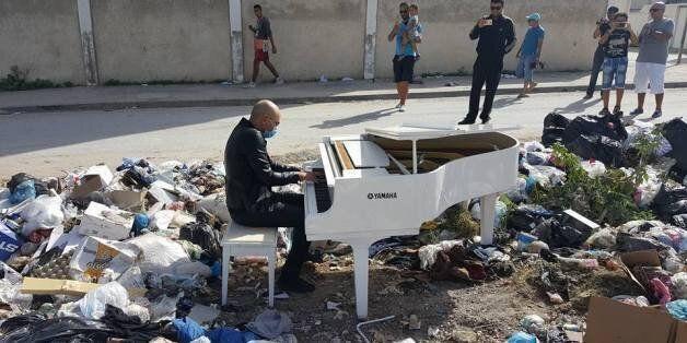 Lotfi Garby's joue du piano au milieu des ordures, la municipalité