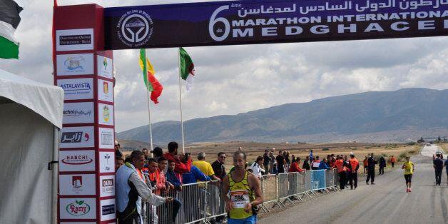 Ligne d'arrivée du 6e marathon international de Medghacen, au pied du mausolée du même nom, le 10 octobre