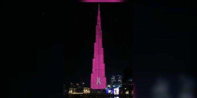 Dubaï: la plus haute tour du monde illuminée en rose contre le cancer du