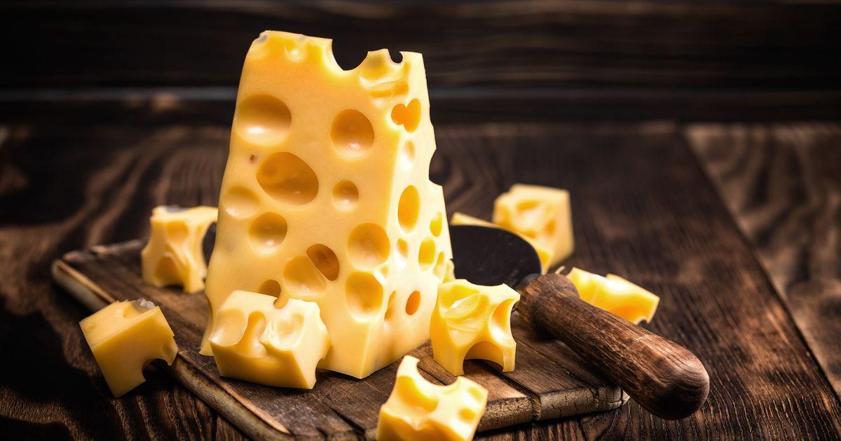 Por que queijo suíço é furado e outros queijos não são?