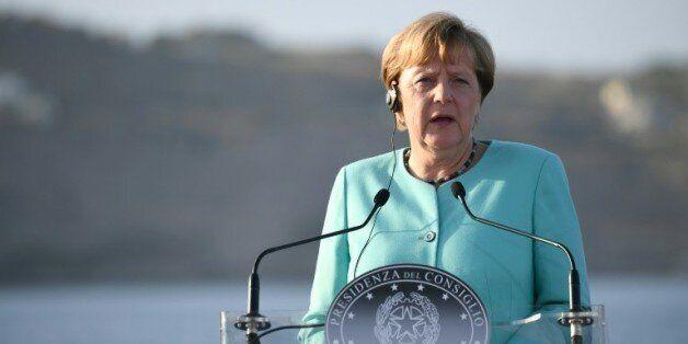 La chancelière allemande Angela Merkel le 22 août 2016 lors d'une conférence de presse à bord du navire...