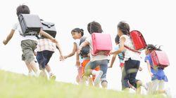 Des cours de solidarité et de gentillesse à l'école primaire, trois pays donnent