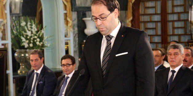 Le nouveau Premier ministre tunisien, Youssef Chahed, prête serment lors d'une cérémonie au palais de...