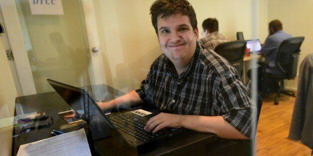 Corey Weiss, autiste, travaille comme analyste à Mindspark à Santa Monica, le 24 août