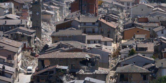 Vue partielle du village de Amatrice, le 25 août 2016 après le violent séisme qui a frappé le centre...