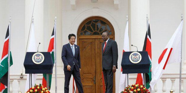 Le Premier ministre japonais Shinzo Abe (gauche) et le président du Kenya Uhuru Kenyatta à Nairobi le...