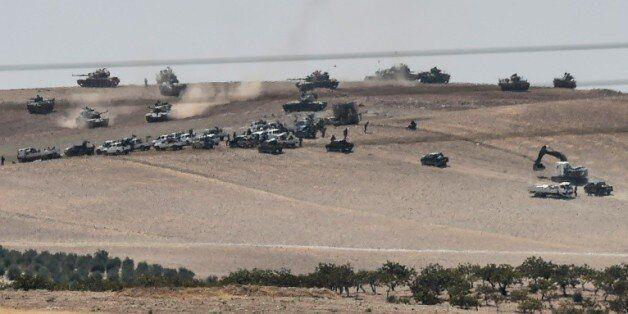 Photo prise de Karkamis le 24 août 2016 montrant des chars turcs et des forces d'opposition syriennes...
