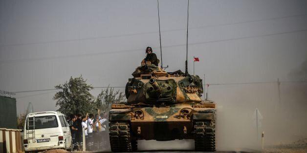 Des chars de l'armée turque font route vers la ville syrienne de Jarablos le 25 août