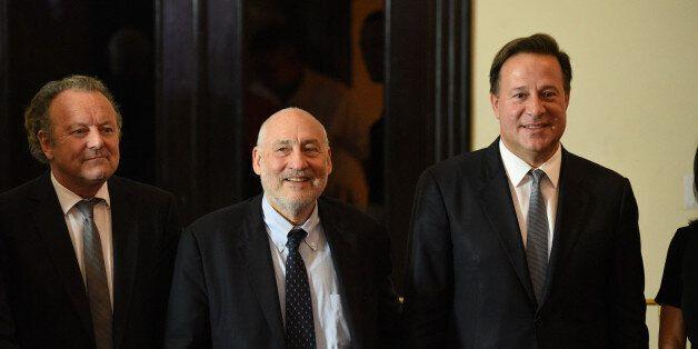 Le président du Panama Juan Carlos Varela (à droite) avec le prix Nobel d'économie Joseph Stiglitz et...