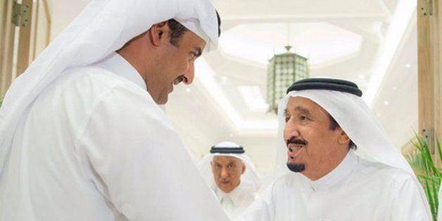 Le roi d'Arabie saoudite reçoit l'émir du Qatar dans sa résidence à