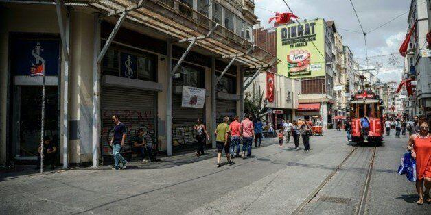 Nombreuses boutiques fermées sur l'avenue Istiklal à Istanbul, le 12 août