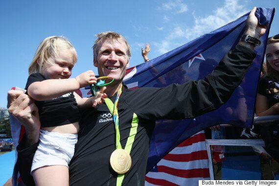Photos réconfortantes d'athlètes qui célèbrent leur victoire avec leur enfant à