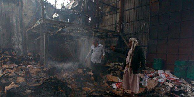 Une usine de produits alimentaires au centre de Sanaa après un raid aérien, le 9 août