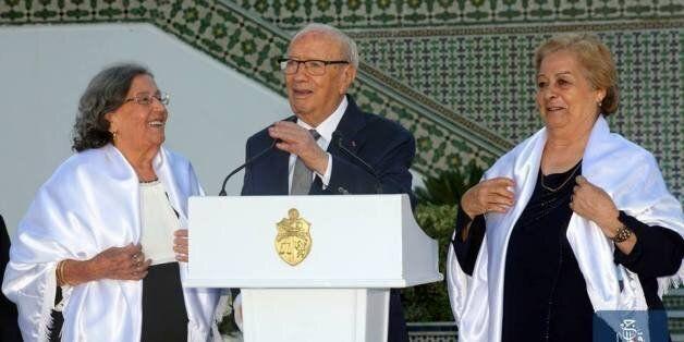 Des châles à l'effigie de Béji Caid Essebsi lors de la Garden party du 13