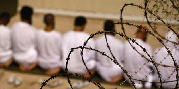 Des détenus prient à l'aube dans la prison américaine de Guantanamo, le 28 octobre