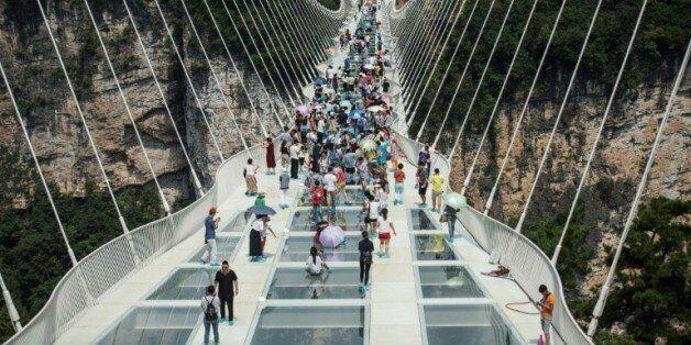 e pont piéton en verre le plus long et haut du monde ouvre au public dans les montagnes de Zhangjiajie...