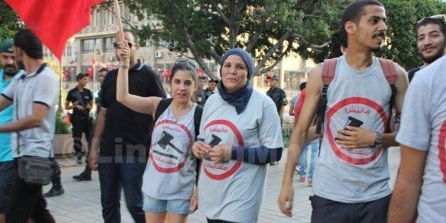 En Tunisie, est-il interdit de se promener avec des affiches? Le cas Lina Ben Mhenni et Khalil