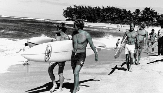 Avant de devenir un sport olympique, le surf, c'était des planches en bois et des cabanes sur la