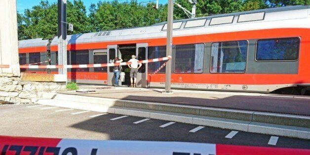 Des policiers aux abords d'un train à la station de Salez (est de la Suisse) après qu'un homme a mis...