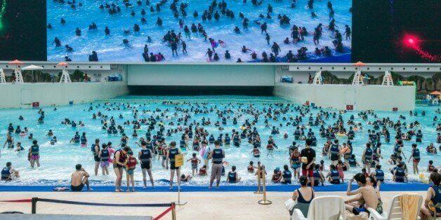 Des gens se baignent dans un mer artificielle dans