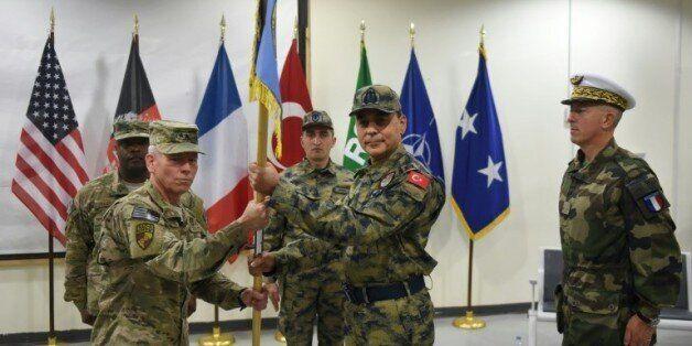 Le général turc Mehmet Cahit Bakir entre le commandant américain John McMullen et le général français...